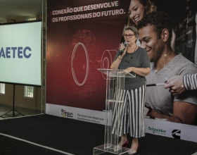 Rogéria Varella Almeida, coordinator of FAETEC, the educational institution that supports Cummins TEC, addresses a ceremony to celebrate the start of the initiative.